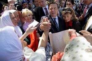 """Bundeskanzler Schröder trifft 2005 in Sarajevo die """"Frauen von Srebrenica"""""""