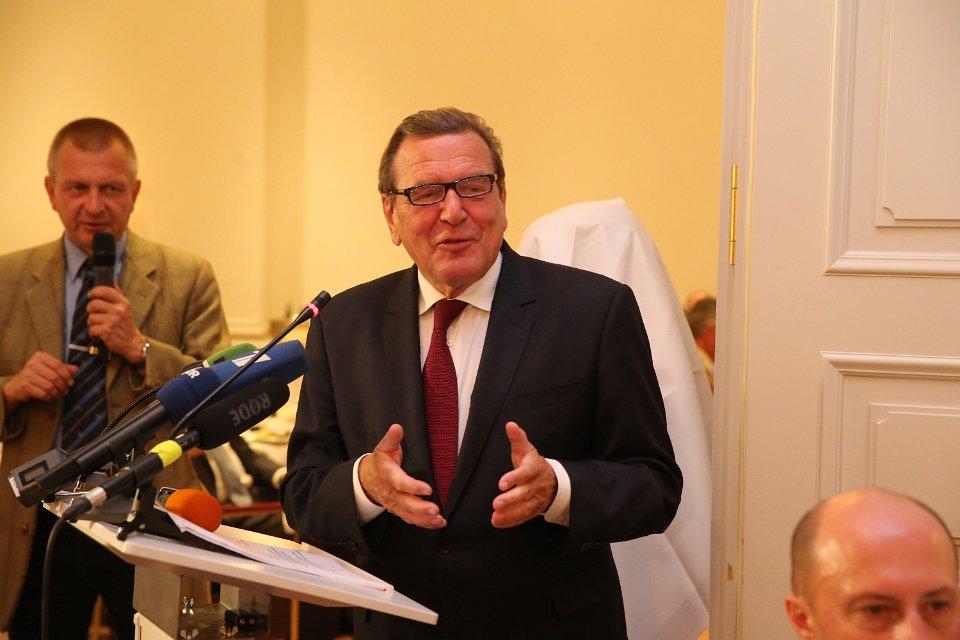 """Rede von Bundeskanzler a.D. Gerhard Schröder bei den """"Deutsch-Russischen Wirtschaftsgesprächen"""" am Dienstag, 30. August 2016, in Bad Pyrmont (Foto: Frank Ossenbrink)"""
