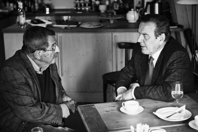 Günter Grass im Gespräch mit Gerhard Schröder (Foto: Dominik Butzmann)