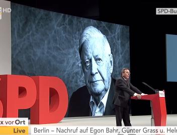 SPD-Parteitag, 10.12.2015, Berlin: Bundeskanzler a. D. Gerhard Schröder würdigt Egon Bahr, Günter Grass und Helmut Schmidt