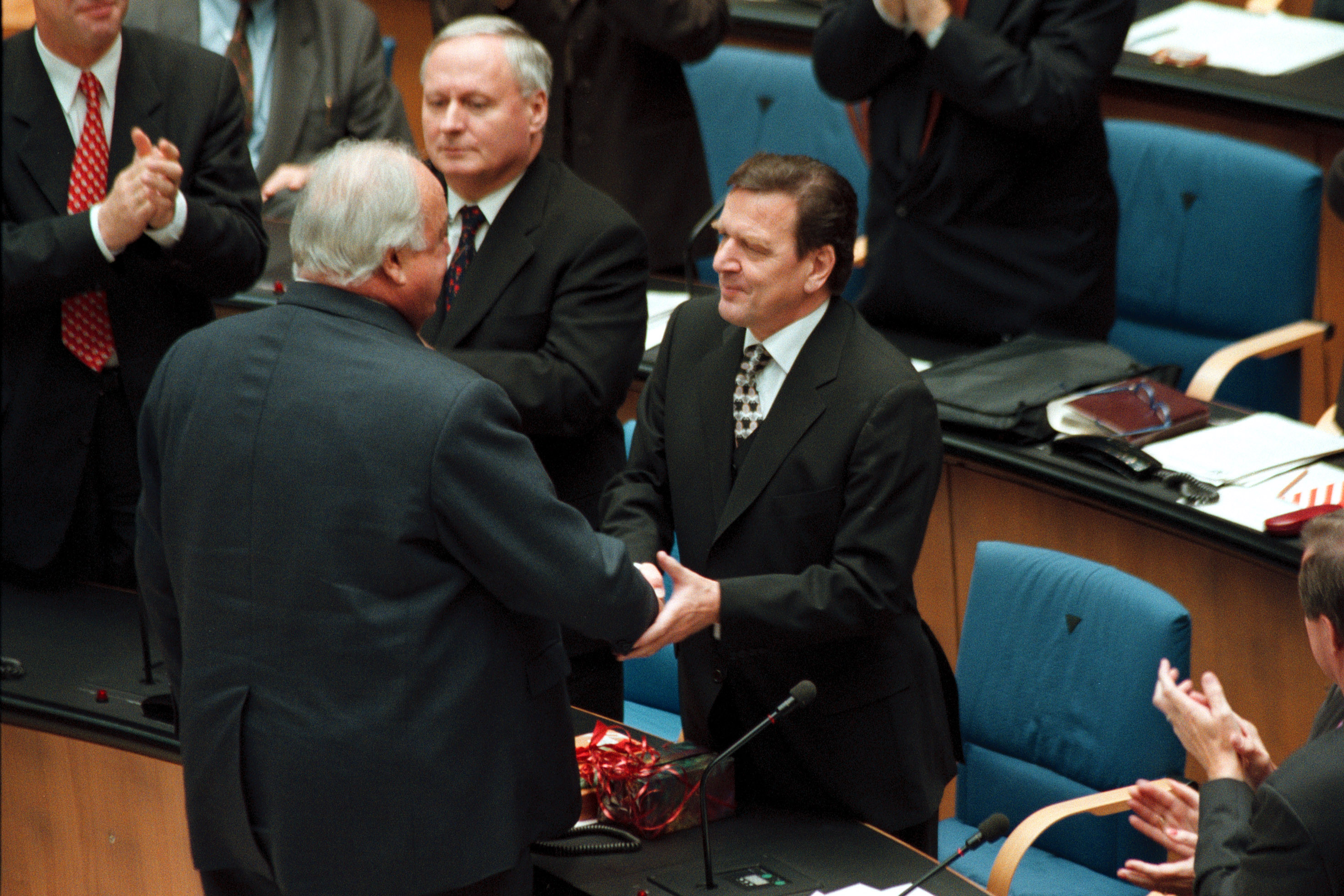 bundeskanzler von 1998 bis 2005 helmut kohl gratuliert gerhard schrder - Gerhard Schrder Lebenslauf