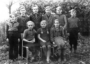 Gerhard Schröder zusammen mit seinen Klassenkameraden Anfang der 50er Jahre.