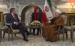 Bundeskanzler a.D. Gerhard Schröder im Gespräch mit dem ehemaligen iranischen Präsidenten Rafsandschani, Teheran, 11.01.2016 (© The Expediency Council of IRI (Public Relations))